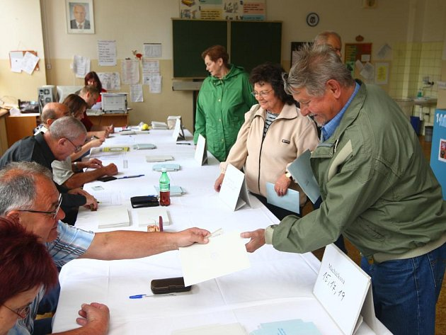 Volby do Evropského parlamentu. Volební místnost v 15. ZŠ v Plzni