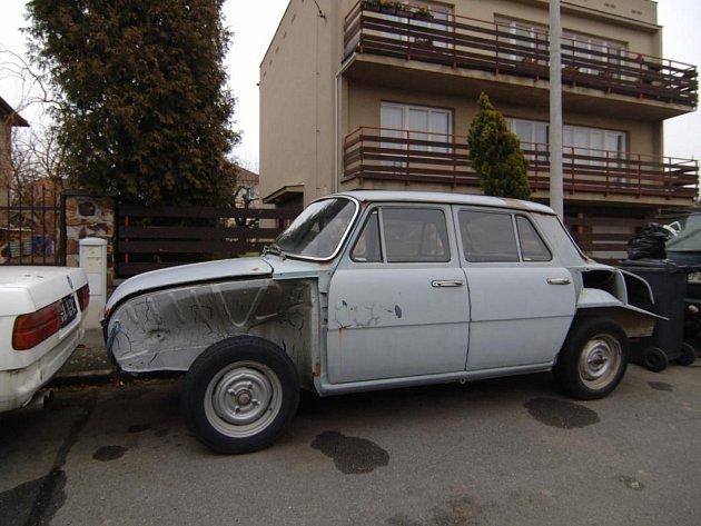 Někteří Plzeňané si stěžují na rozebraná auta  stojící v ulici Na Bajnerce