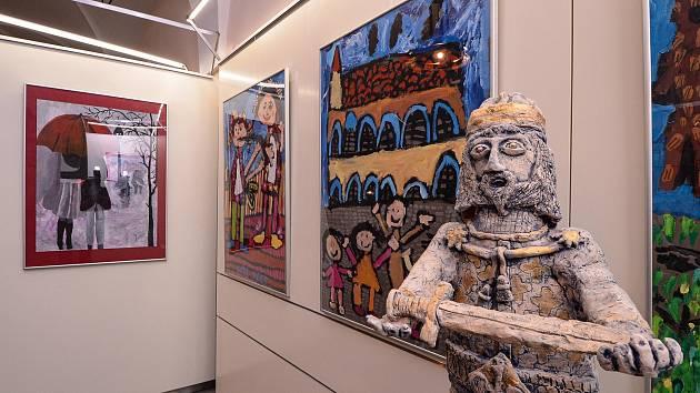 Do 13. listopadu potrvá výstava dětských výtvarných prací o šťastných dětech i letošním zvláštním jaru v mázhauzu plzeňské radnice. Výstava se koná k 30. výročí hnutí Na vlastních nohou Stonožka a je připravena ve spolupráci s Českými centry.