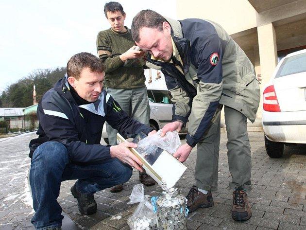 Pracovníci Národního parku Šumava Petr Šrail a Jan Pecánek (zleva) předali včera plzeňské zoo sedm tisíc  padesátníků