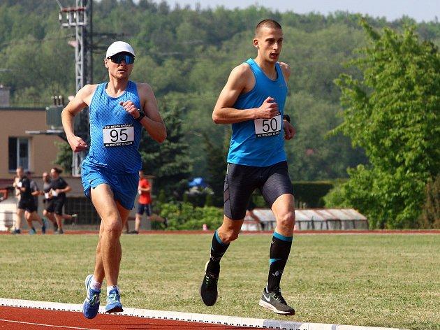 Od startu závodu Běh města Nýřan udávali tempo atleti AK Škoda Plzeň Tomáš Jaša (vpravo) a Milan Hochmut, kteří ve stejném pořadí doběhli také do cíle.