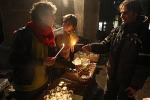 Stovky lidí vyrazily na Štědrý den na náměstí Republiky v Plzni. Většina z nich si přišla do katedrály svatého Bartoloměje pro Betlémské světlo