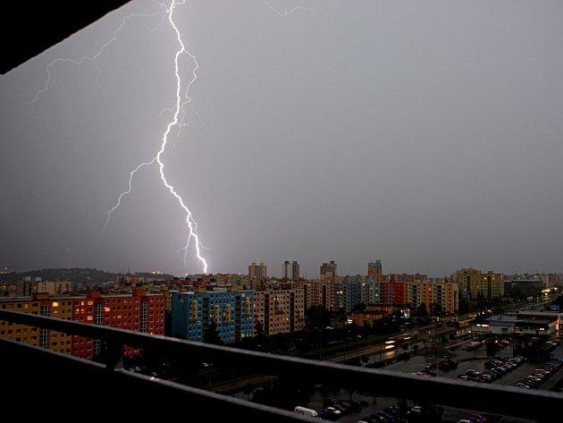 Pondělní bouřka zářila nad městem několik hodin. Škody na majetku způsobil hlavně déšť a kroupy