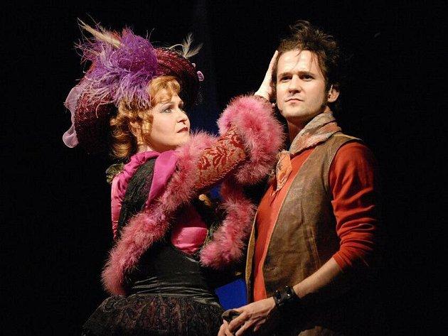 Klasický americký muzikál Carousel uvedlo v sobotu Divadlo J. K. Tyla v Plzni (na snímku hostující Roman Říčař v klíčové roli Billyho Bigela spolu s Hanou Spinethovou)