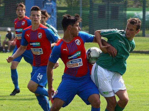 Nečekaně snadno si poradili dorostenci Viktorie (v červenomodrých dresech) v domácím prostředí s fotbalisty pražských Bohemians, kterým nasázeli šest branek.