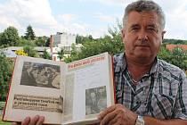 Milan Klouda, bývalý šéfkuchař jídelny zemědělského družstva  v Hrádku, s pamětní knihou, do které generální tajemník ÚV KSČ Jakeš vepsal dnes už legendární text s několika chybami. V pozadí je vidět hrádecký kulturní dům.