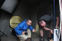 Fotografové Petr Jiras (vlevo) a Josef Němec obsluhují kontejner na náměstí Republiky s názvem Fotospojka