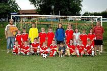 Jako jeden z malá fotbalových oddílů se může FK Trafo Hadačka pochlubit fotbalovou přípravkou. Na snímku budoucí reprezentanti s trenéry