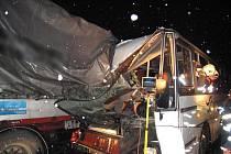 Nehoda autobusu, který naboural do odstaveného jnákladního auta u Chválenic na jižním Plzeňsku