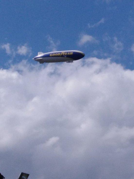 Obří vzducholoď proletěla nad západem Čech. Model Zeppelin NT má za úkol zprostředkovávat unikátní letecké záběry nejzajímavějších motoristických závodů.