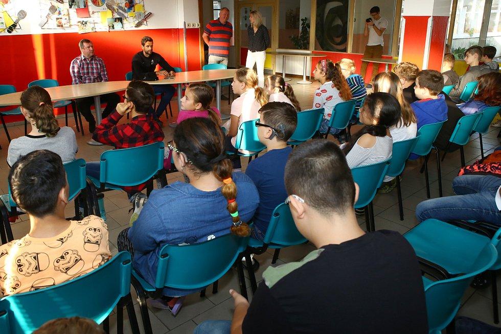 Beseda Pavla Vrby a Aleše Hrušky z FC Viktoria Plzeň se žáky ZŠ a MŠ v Mohylové ulici v Plzni