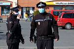 Hlídka městské policie kontroluje dodržování zakrývání úst a nosu na veřejnosti u nákupního centra Olympia Plzeň