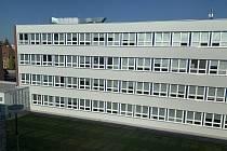 Škola na Doubravce v Mohylové ulici pomáhá dětem se sluchovým postižením a s vadami řeči. Součástí objektu je základní a mateřská škola, internát a tělocvična. Kapacita školy je naplněná, učí se v ní 132 žáků, mateřskou školu navštěvuje dnes 13 dětí.