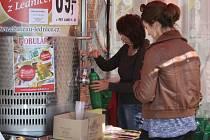 Bobulák neboli částečně zkvašený hroznový mošt, jak se správně říká burčáku z hroznů ze zahraničí, je k mání v Plzni