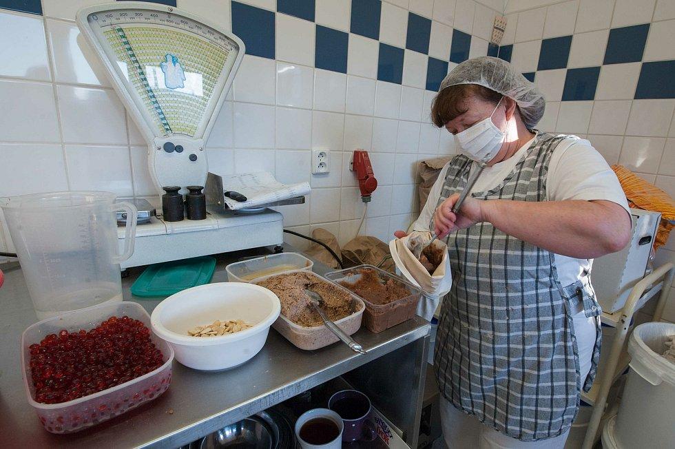 Pekařka Vlasta Václavíková připravuje náplň na zdobení chodského koláče.