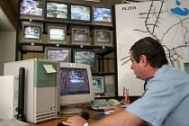 Obsluhu kamerového systému  zajišťuje Policie České republiky ve spolupráci s Městskou policií  Plzeň. Městští strážníci mají k dispozici monitoring  ve večerních a nočních hodinách ve všedních dnech a o víkendech