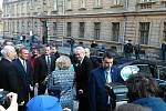 Prezidentská kolona dorazila před Krajský úřad v Plzni