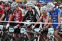 Bikeři se chystají vyrazit na trasu 30 kilometrů, vlevo s číslem 1145 nakonec osmý Lukáš Kadlec z Author Teamu