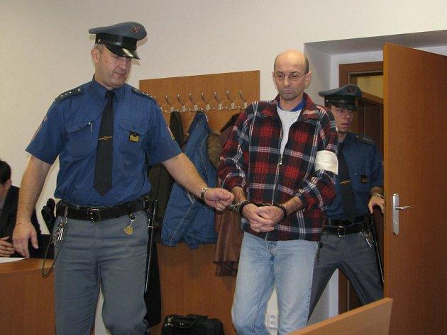 Miroslav Balačín v doprovodu justiční stráže