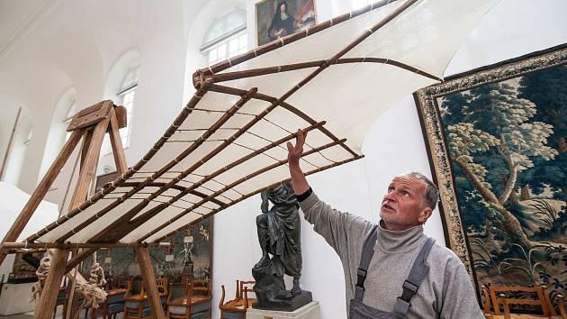 Zámek Kozel u Šťáhlav nedaleko Plzně přichystal pro návštěvníky velkou expozici replik létajících strojů Leonarda da Vinci v životní velikosti.