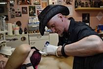 Václav Mašek, kterého lidé znají jaku Mashu, se tetování naplno věnuje přes patnáct let. Lidé za ním chodí do studia v centru Plzně.
