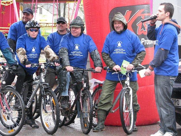 Ve Vejprnicích nedaleko Plzně otevřeli v sobotu dvě nové cyklotrasy. Akci uvedl plzeňský moderátor Míra Hejda (napravo).