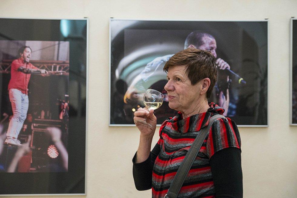 Vernisáž k výstavě fotografií Milan Říský: Live ve Studijní a vědecké knihovně Plzeňského kraje.