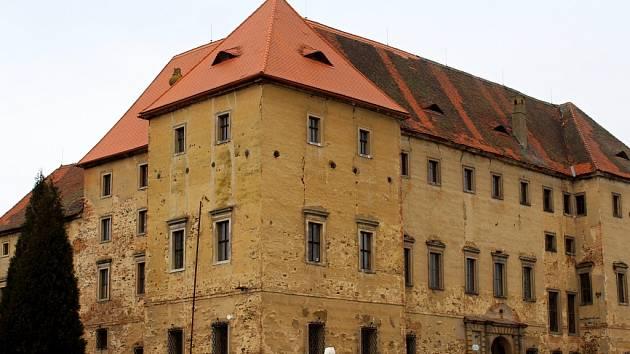 Zámek Kaceřov  patří podle prezidenta k těm, které dlouho chátrají a mohly by se vyvlastnit. Zámek na severním Plzeňsku byl v restituci vrácen Jiřímu a Pavle Štruncovým, kteří v posledních letech začali s rekonstrukcí střechy. Zámek je ale pro veřejnost z