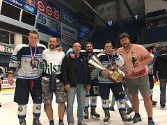 Po zisku titulu plzeňských juniorů zapózovali (zleva) Marek a Martin Rubnerovi, Pavel a Lukáš Kaňákovi a Jakub a Radek Vavřičkovi.