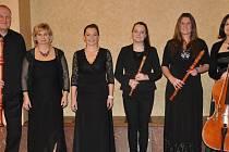 Zleva: Jaromír Tichý (zobcové flétny), Alena Tichá (cembalo a průvodní slovo), Andrea Frídová (zpěv), Barbora Špelinová (zobcové flétny j. h.), Dominika Zikmundová (zpěv a zobcové flétny) a Věra Bartoníčková (violoncello)
