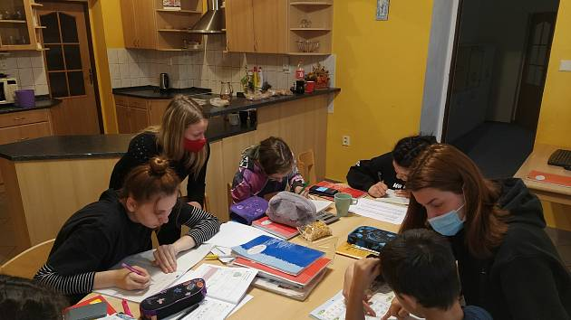 Studenti ZČU pomáhají v dětském domově v Nepomuku.