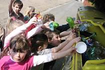Draka Plasťáka nakrmily ve čtvrtek děti z Mateřské školy ve Starém Plzenci. Učily se tak už od malinka třídit odpad