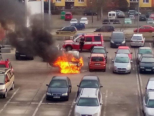 Požár auta na parkovišti u obchodního domu v Gerské ulici v Plzni