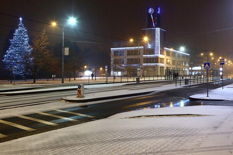 Noční sněžení v centru i okrajových částech Plzně. Na snímku Koterovská ulice, radnice MO Slovany.