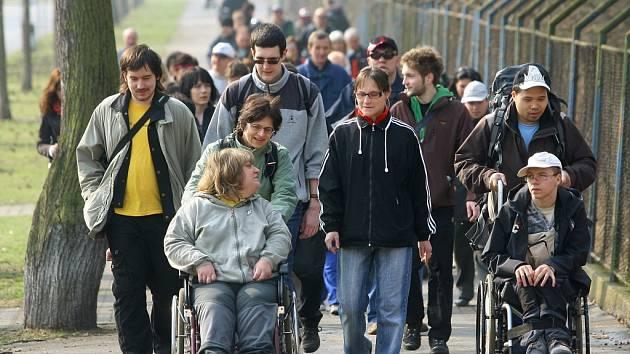 Průvod lidí, kráčejících za Lukášem Bělohlavým, přišel patnáctiletého vozíčkáře podpořit před jeho cestou do Santiaga de Compostela