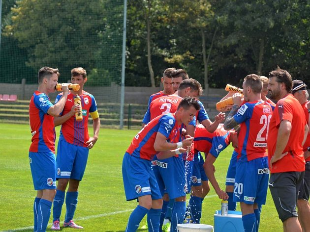 Fotbalisté Viktorie Plzeň se osvěžují během přestávky při přípravném utkání proti Domažlicím.