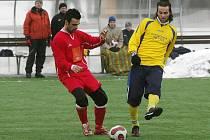 V jednom ze sobotních utkání zimního turnaje v Doubravce odkopává míč před soupeřem z SK ZČE Plzeň kolovečský Josef Parlásek (vpravo). Tým Slavoje Koloveč v tomtu duelu vyhrál vysoko 8:0