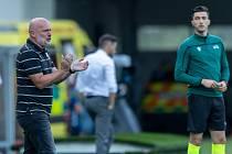 Trenér Michal Bílek povzbuzuje svůj tým během odvety 3. předkola Evropské konferenční ligy, v němž plzeňská Viktoria vyřadila po penaltách velšský The New Saints.