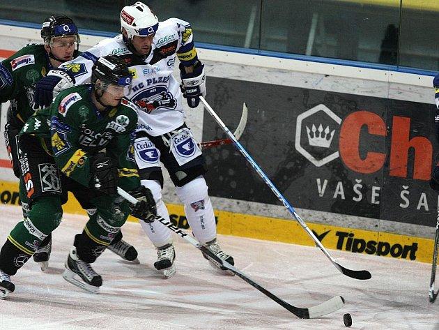 Ve 24. kole extraligy porazili hokejisté HC Plzeň 1929 (v bílém) v západočeském derby karlovarskou Energii (v zeleném) 4:1.