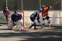 Hokejbalisté Tatranu Třemošná (hráč v oranžovém dresu) zvládli duel první ligy a porazili Nové Strašecí.