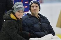 Plzeňský fotbalista Marián Čišovský se synem na charitativním hokejovém utkání fotbalových a hokejových legend na podporu Spolku 28 Mariána Čišovského a Nadace fotbalových internacionálů