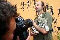 Assam, to je jméno, které dostal ve středu v plzeňské zoo od své kmotry, náměstkyně primátora Marcely Krejsové, malý irbis neboli levhard sněžný