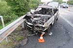 Řidič s mercedesem nedával pozor, narazil do kamionu a o auto přišel, shořelo.