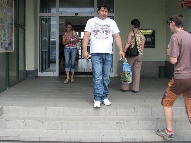 Vchod do haly centrálního autobusového nádraží.