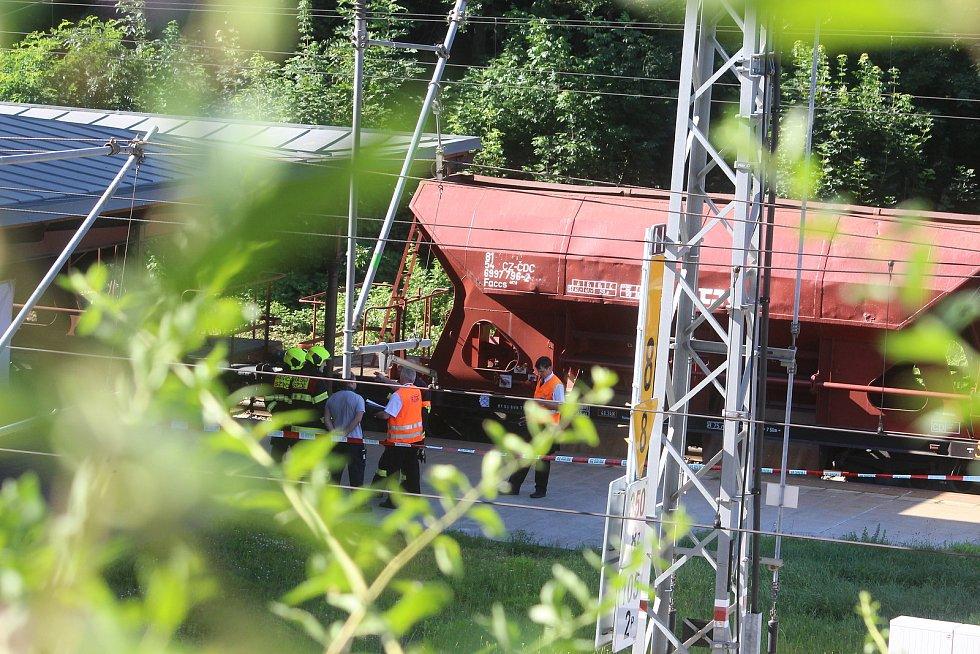 Tragická nehoda se odehrála na nádraží Plzeň-Jižní předměstí. Muž si lehl na koleje před přijíždějící nákladní vlak.
