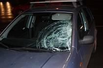 Osobní auto srazilo na Karlovarské třídě ženu