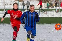 Fotbalisté Petřína (hráč v červeném dresu) na rozdíl od Zruče nechybí na letošním turnaji na Doubravce.