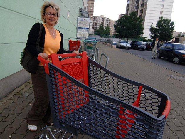 Vydrží nebo ne? Právě to rozhodne o případném dalším využití plastových nákupních vozíků v plzeňské Hypernově