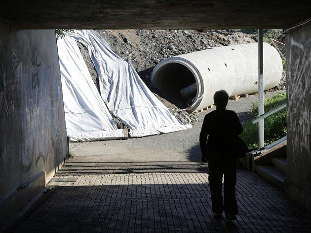 Podchod pro pěší pod Rokycanskou třídou u zastávky Stavební stroje musela nechat vyčistit Správa veřejného statku od bahna