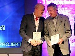 Dlouhá léta společně hájili barvy hokejové Škody Plzeň a nyní se Jiří Neubauer s Markem Sýkorou (zprava) sešli na pódiu při uvedení mezi legendy plzeňského sportu.